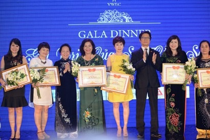 Businesswomen Hold Knowledge and Experience Sharing Gala Dinner