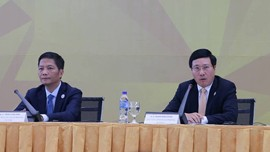 FM Pham Binh Minh (R) and Minister of Industry and Trade Tran Tuan Anh at the press conference