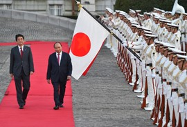PM Nguyen Xuan Phuc and Japanese PM Shinzo Abe inspect the Guard of Honor in Tokyo on June 6, 2017 before their talks. Photo: VGP