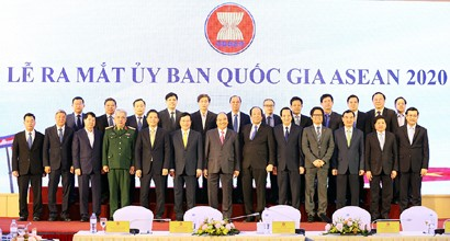 PM Nguyen Xuan Phuc and members of the National ASEAN 2020 Committee at the inception ceremony in Ha Noi on December 24, 2018. Photo: VGP