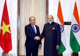 PM Nguyen Xuan Phuc (L) shakes hands with Indian counterpart Narendra Modi, New Delhi, January 24, 2018 - Photo: VGP/Quang Hieu