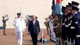 Prime Minister Nguyen Xuan Phuc reviews an honour guard in Australia. (Photo: VGP)