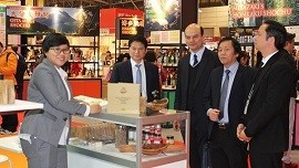 Ta Duc Minh, Trade Counselor of the Vietnamese Embassy in Japan, visiting the Vietnamese display area at Foodex Japan 2018. (Photo: VOV)