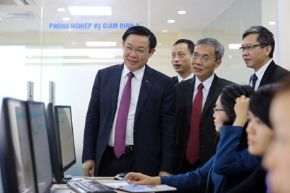 Deputy Prime Minister Vuong Dinh Hue pays a working visit to the Centre for Information Technology Management of the social security sector (Photo: PM)