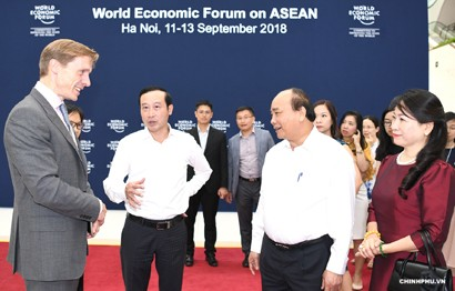 PM Nguyen Xuan Phuc and other delegates at the forum (photo: chinhphu)