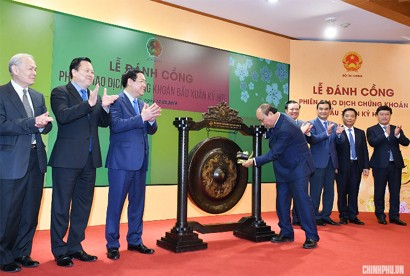 Prime Minister Nguyen Xuan Phuc beats the gong to open the first securities trading session of 2019 after the Lunar New Year holiday at the Ha Noi Stock Exchange (HNX) on February 12, 2019. Photo: VGP