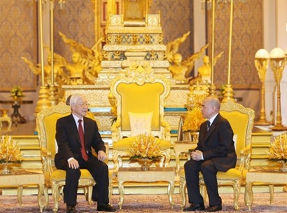 Party General Secretary and President Nguyen Phu Trong (L) and Cambodian King Norodom Sihamoni