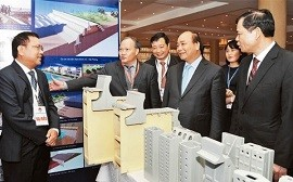 Prime Minister Nguyen Xuan Phuc at an exhibition on disaster prevention technology