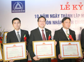 """Manulife Vietnam CEO Wins """"Outstanding Contribution Award"""""""