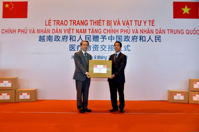 VN Hands over Medical Equipment to China for nCoV Combat
