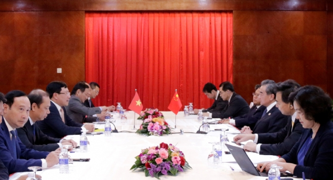 Deputy PM, FM Minh Meets Chinese FM in Laos