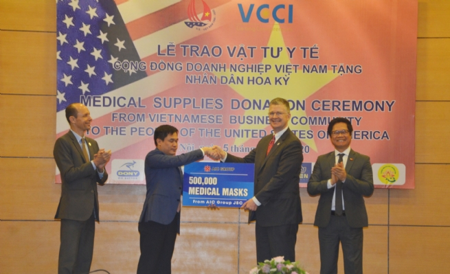 Vietnamese Entrepreneurs Present 1.3 Mln Face Masks, Medical  Supplies to American People